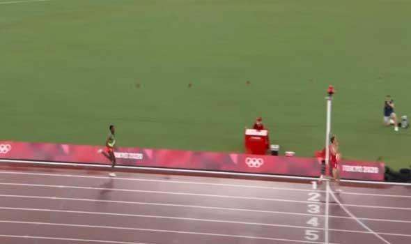 المغرب الرياضي  - عرقلة خاطئة من نيجيل أموس تقود عداء لنهائي سباق 800 متر